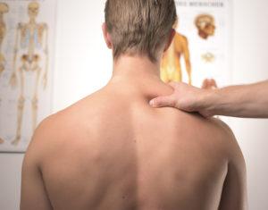 Une personne se fait soigner par un chiropracteur